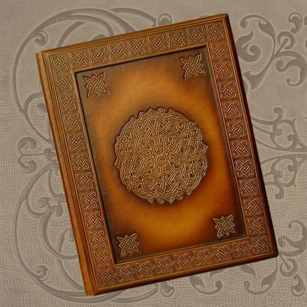 """Фотоальбом в шкіряній палітурці з художнім тисненням покритим бронзовою патиною """"Кельт"""""""