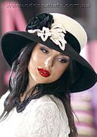 Фетровая шляпа из пуха с большими  полями с красивым украшением