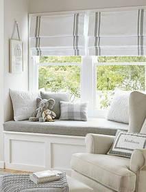 Мягкая зона отдыха у окна