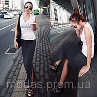 Черная длинная юбка с разрезом.