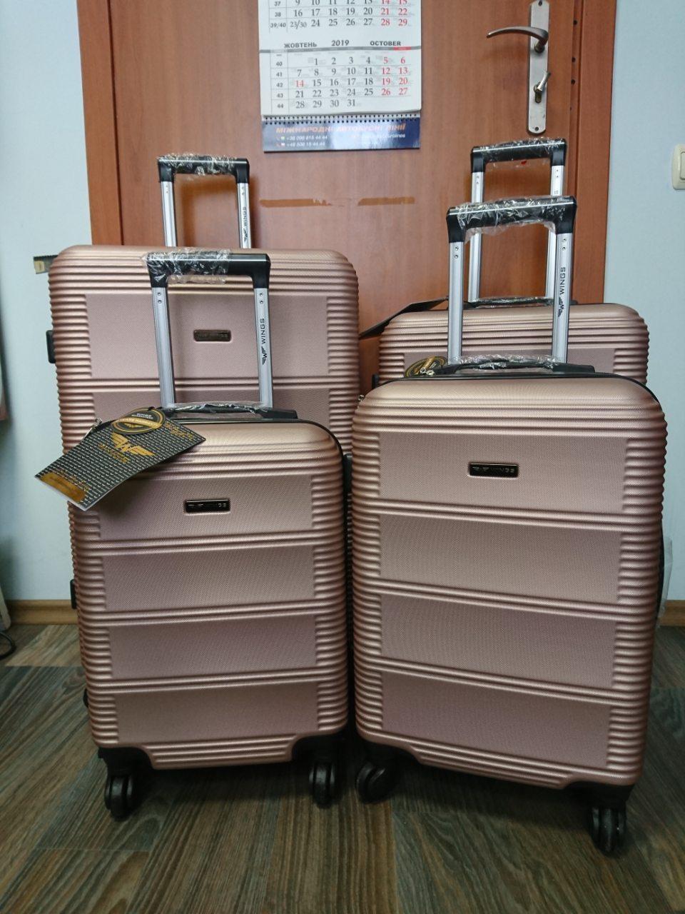 Средний пластиковый чемодан Wings 203 на 4 колесах
