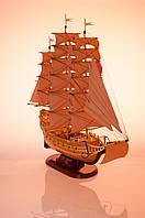 Корабль с бежевыми парусами