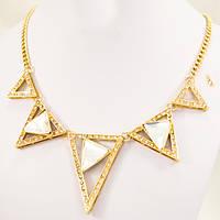 Золотистое Колье с треугольниками белого цвета