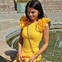 Желтое яркое платье с оргинальным рукавом