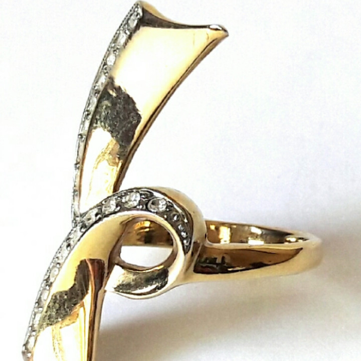 Кольцо Бант большой в камнях, родиевое покрытие