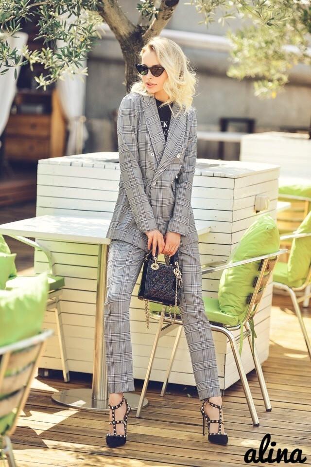 Классический женский костюм брючный в клетку с пиджаком двубортным 3810119