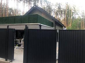 ograzhdenie_balkona_iskusstvennoj_travoj.jpg