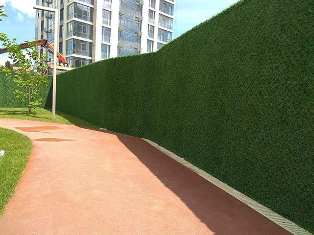 Зеленый забор из искусственной травы в рулонах (Турция).