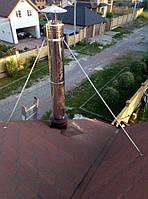 Крыза для прохода дымоходной трубы сквозь крышу, Дымоход закремлен розтяжками с нержавеющих трубок