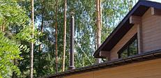 Дымоход с проходом через крышу закреплен ростяжками из нержавеющих трубок