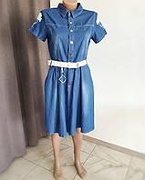 Джинсовое платье с нашивками и оригинальным белым поясом