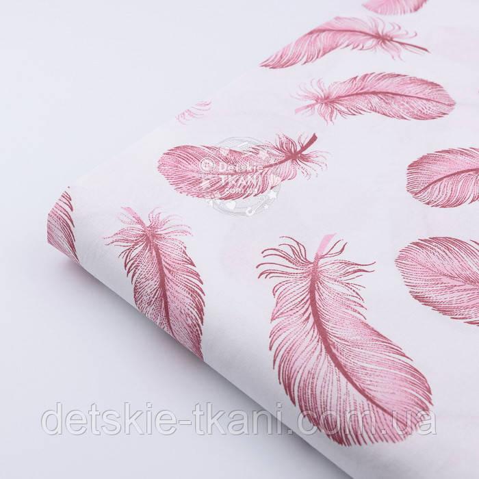 Лоскут ткани с летящими перьями кораллового цвета на белом фоне, №2383, размер 18*120 см