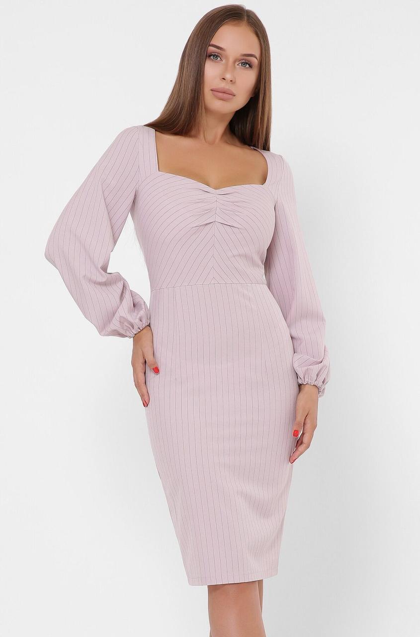 Облегающее платье-футляр в деловом стиле цвета пудра