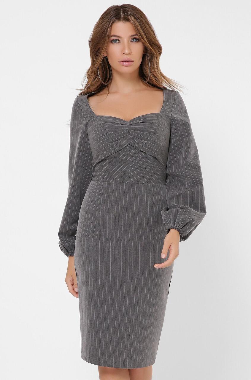 Облегающее платье-футляр в деловом стиле серого цвета