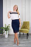 Элегантная юбка декорирована кружевом синяя
