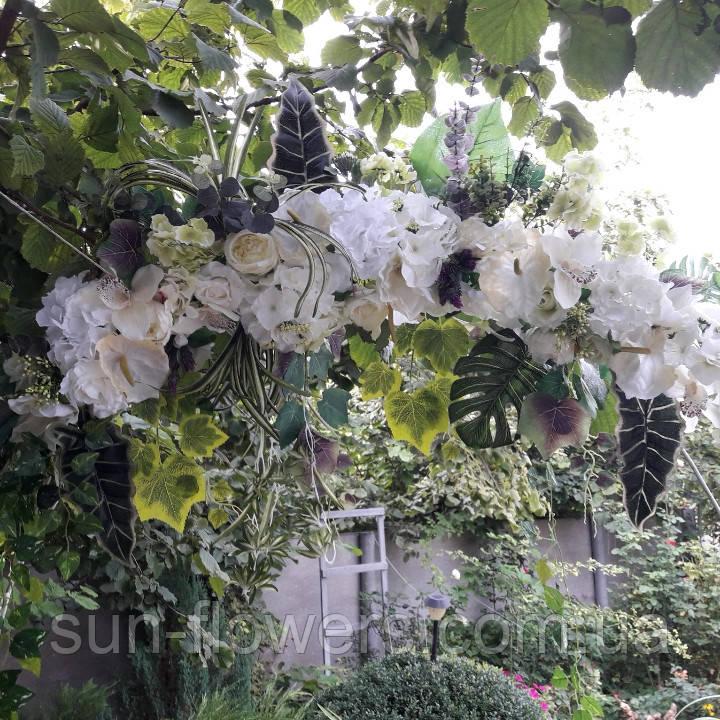 Экзотик-композиция из белых цветов и зелени