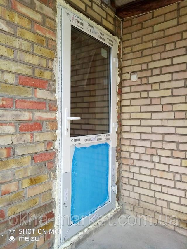 Входные ПВХ двери Rehau с нажимным гарнитуром