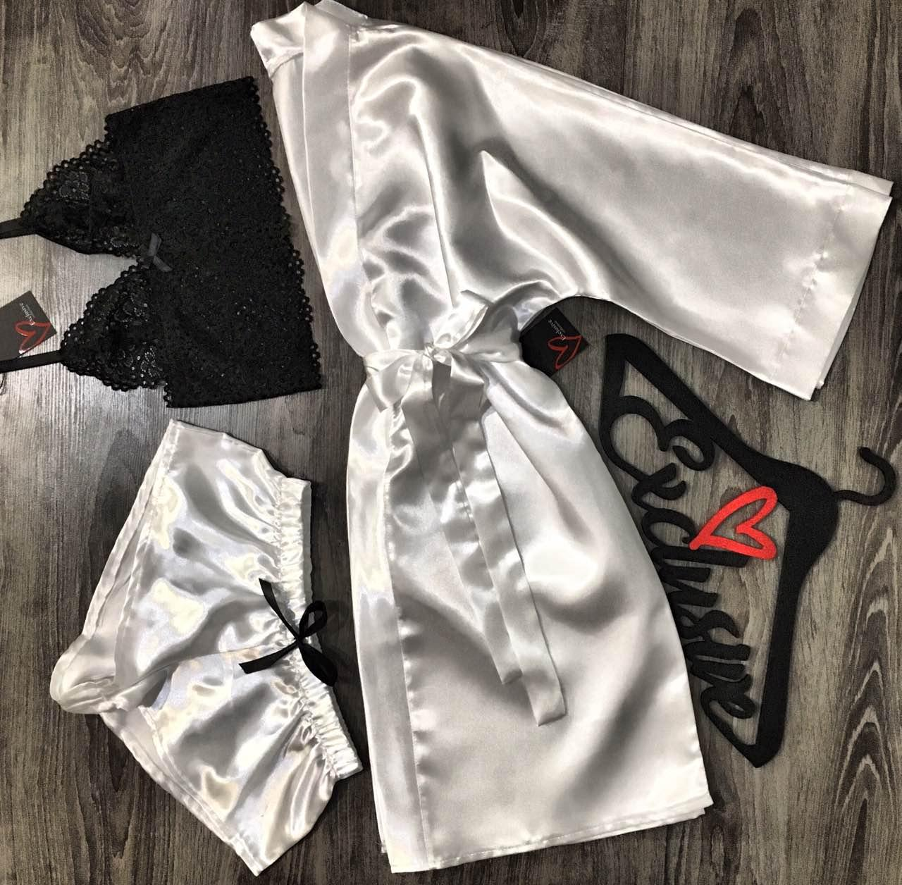 Белый атласный комплект тройка халат+кружевной топ+шорты.