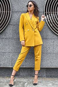 Офисный брючный костюм желтого цвета