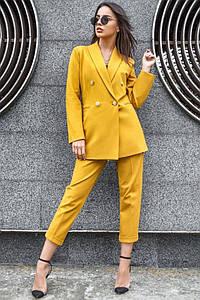 Офисный женский брючный костюм желтого цвета