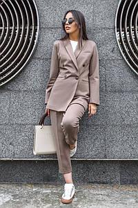 Женский брючный костюм с укороченными брюками