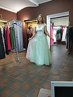 Элегантное,салатовое выпускное вечернее платье с красивым декольте