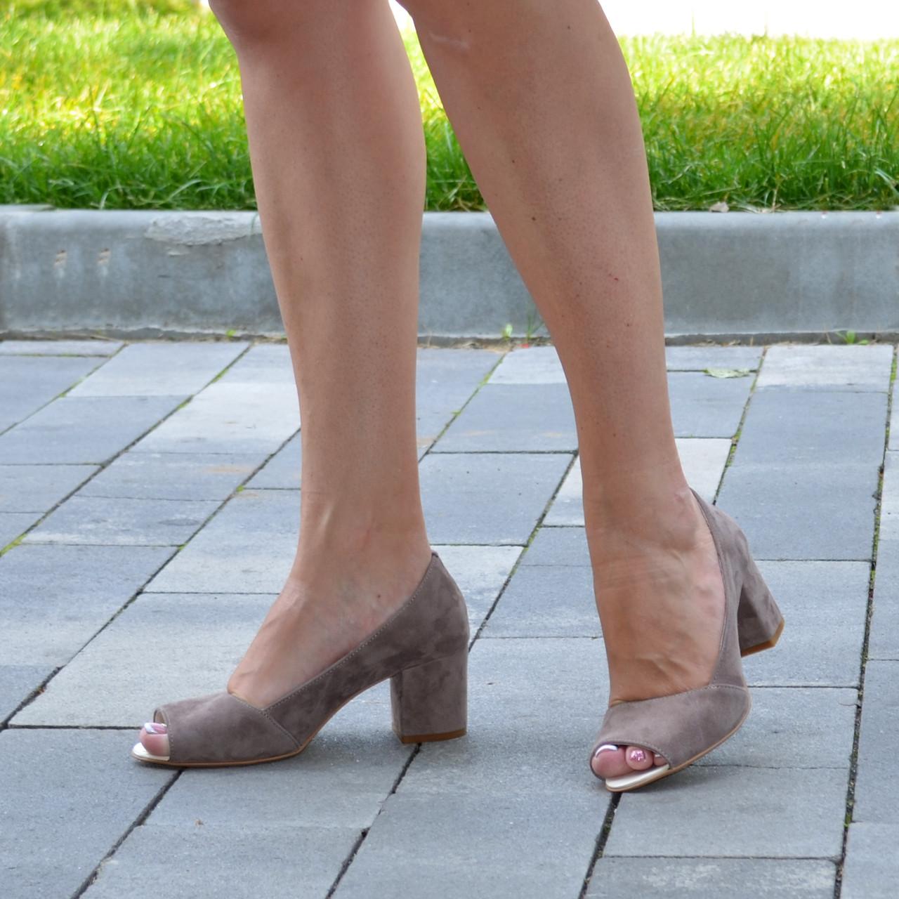 Туфли замшевые с открытым носком, на невысоком устойчивом каблуке. Цвет бежевый