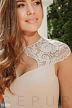 Приталенное вечернее платье-миди  классического кроя цвет бежевый, фото 3