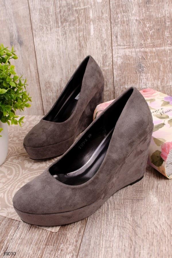 Женские туфли серые на танкетке 10 см эко-замш