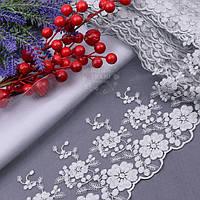 Кружево с вышивкой по одному краю с анемонами и бубочками, цвет серый, ширина 19 см