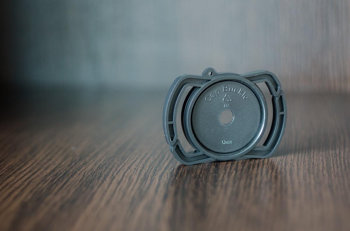 Держатель Alloet для крышки на ремень фотоаппарата 43 мм/52 мм/55 мм.