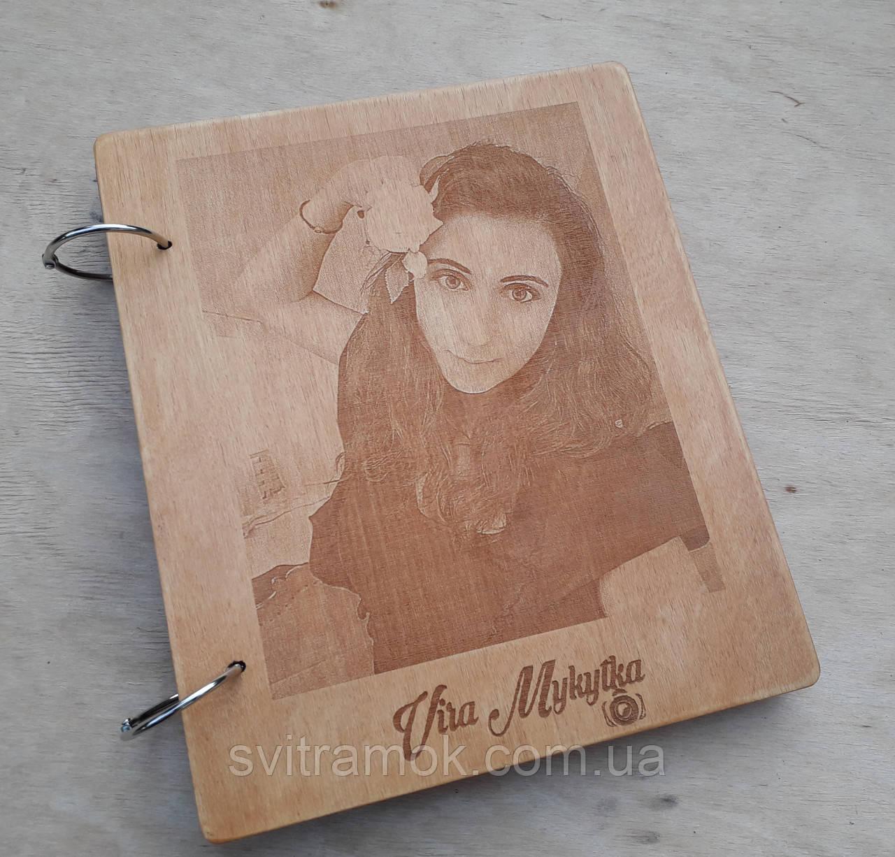 Дерев'яна яний фотоальбом з портретом
