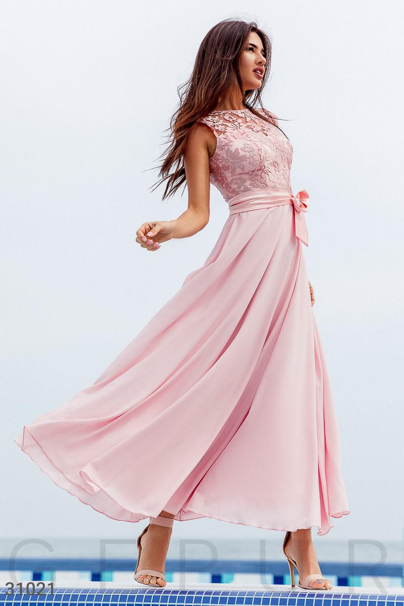 Длинное вечернее платье с вышивкой нежно-розового цвета