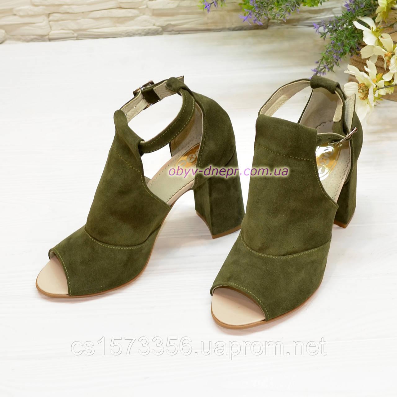 Женские замшевые босоножки на устойчивом каблуке, цвет оливковый
