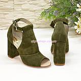 Женские замшевые босоножки на устойчивом каблуке, цвет оливковый, фото 2