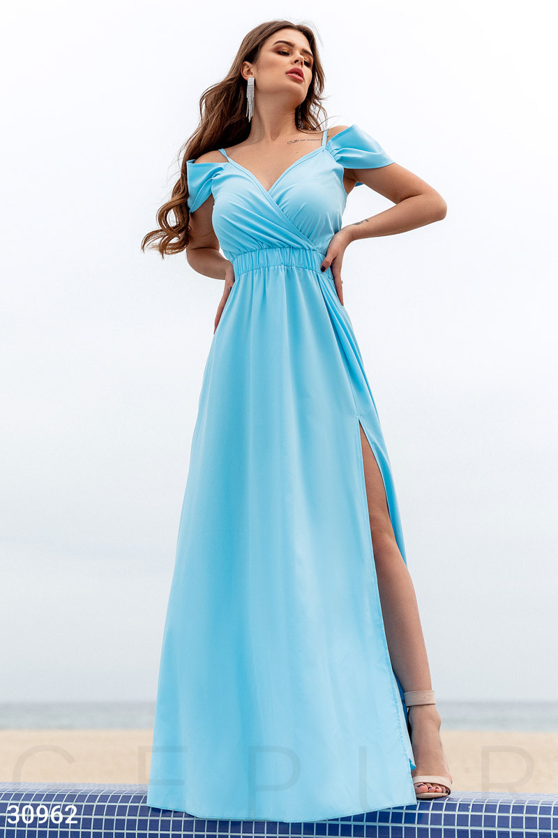 Длинное платье с открытыми плечами на фиксируемый запа́х цвет голубой