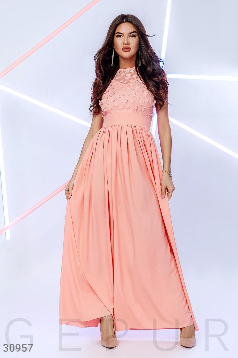 Легкое вечернее платье макси с цветочным декором цвет персиковый
