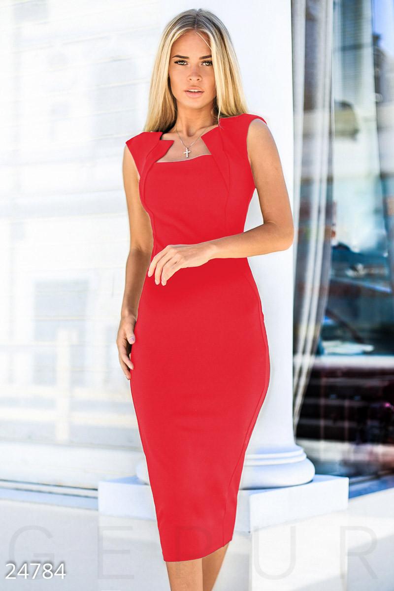 Классическое платье-футляр по колена фигурный вырез на груди цвет красный