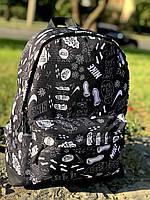 Рюкзак серый с большим внешним карманом на молнии принт след