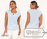 Блуза прямого кроя из софта с короткими рукавами, круглым вырезом и не съемным украшением на декольте,10цветов, фото 2