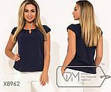 Блуза прямого кроя из софта с короткими рукавами, круглым вырезом и не съемным украшением на декольте,10цветов, фото 4
