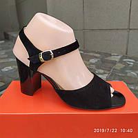 Чёрные замшевые босоножки на каблуке