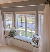 Мягкая зона у окна в современном стиле белого цвета