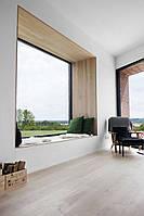 Мягкая зона в спальне у окна в современном стиле