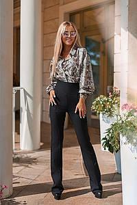 Женский костюм - брюки и блузка со змеиным принтом