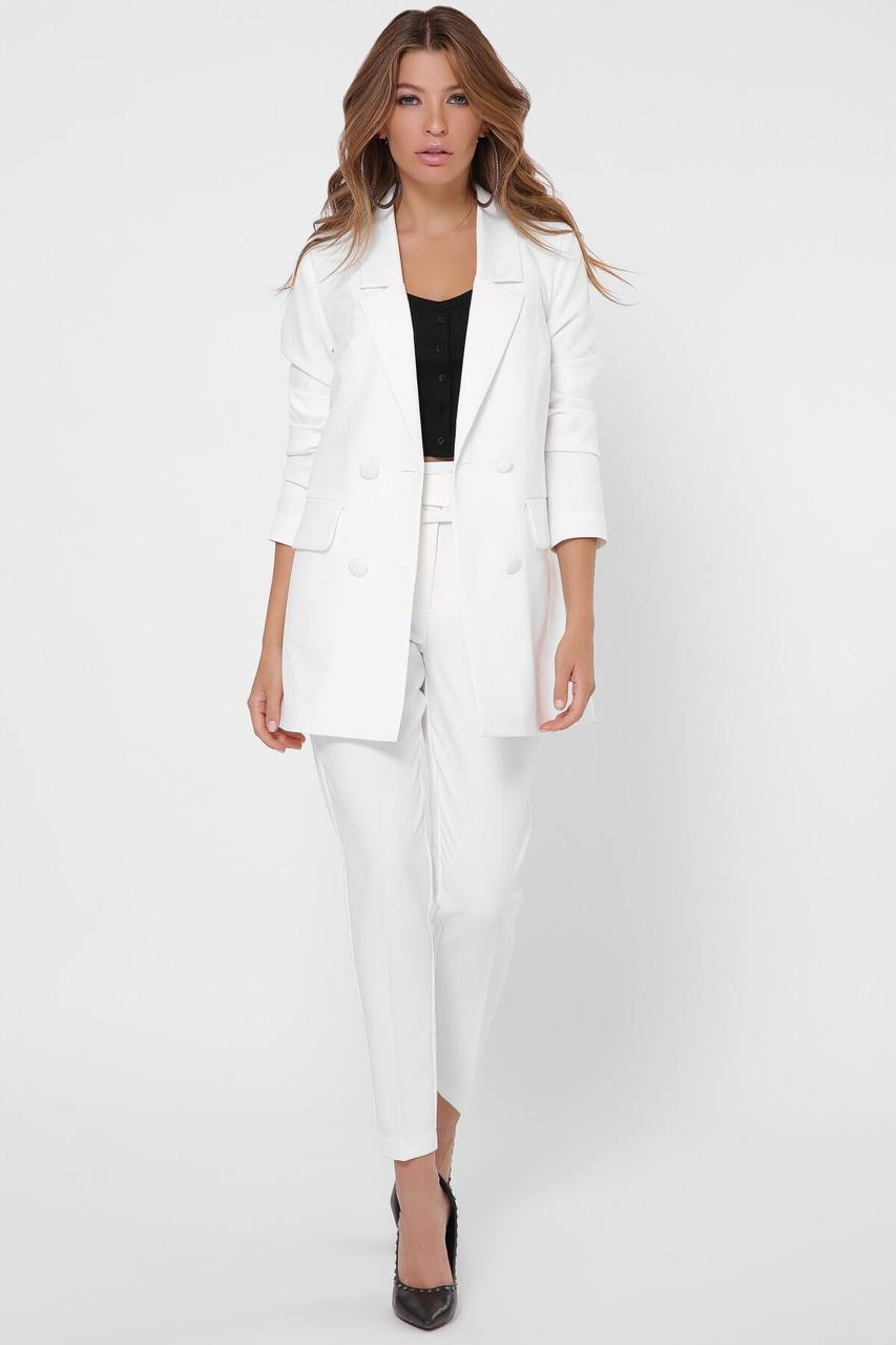 Белый женский брючный костюм в деловом стиле