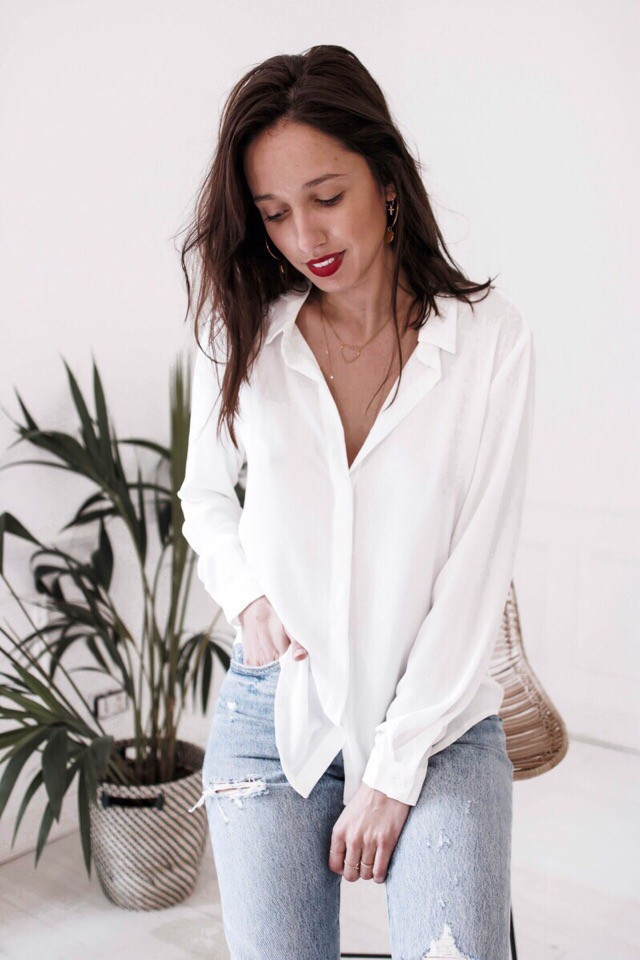 Белая женская шифоновая рубашка с вырезом на спине 68ru285