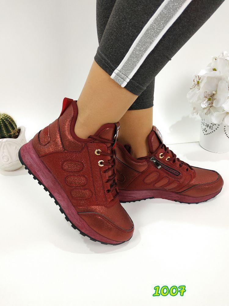 Женские кроссовки с лазерным напылением цвета бордо