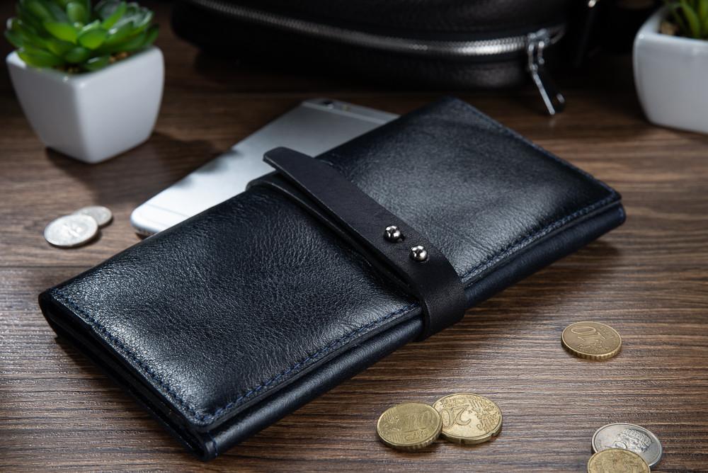 Вместительный кожаный бумажник на кобурном винте темно синего цвета