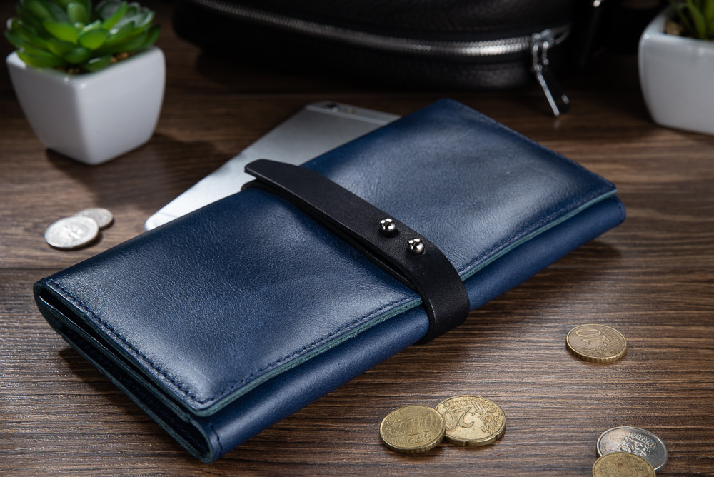 Вместительный кожаный бумажник на кобурном винте голубого цвета